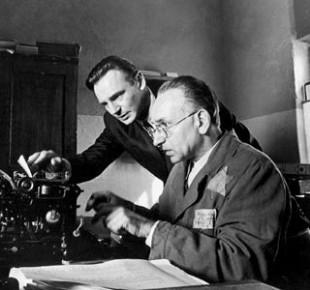 Itzhak Stern (Sir Ben Kingsley) og Oskar Schindler (Liam Neeson) i Schindlers Liste (Foto: Universal Pictures, Amblin Entertainment)