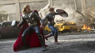 Chris Hemsworth og Chris Evans stormer frem i The Avengers (Foto: The Walt Disney Company Nordic).