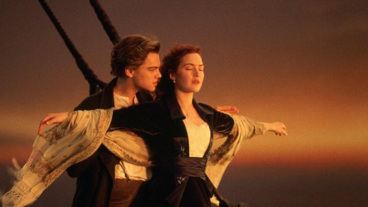 Jack (Leonardo DiCaprio) og Rose (Kate Winslet) & quot; flyr & quot; i Titanic (Foto: 20th Century Fox).