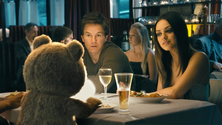 Ted kommer mellom Mark Wahlberg og Mila Kunis i Ted (Foto: United International Pictures).