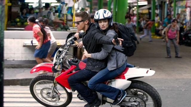 Rachel Weisz og Jeremy Renner rømmer fra farlige forfølgere i The Bourne Legacy (Foto: United International Pictures).