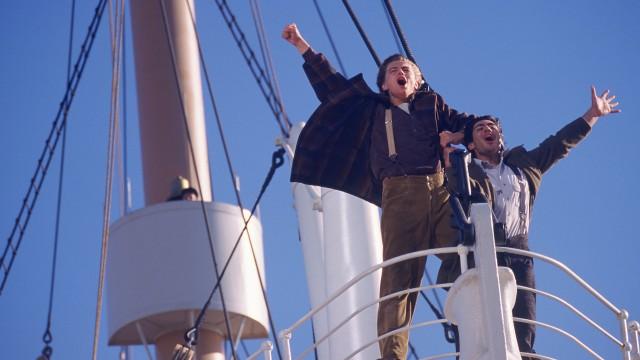 Leonardo DiCaprio og Danny Nucci jubler i Titanic (Foto: SF Norge AS).