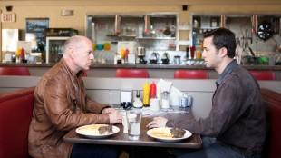 Bruce Willis og Joseph Gordon-Levitt spiller gamle og unge Joe i Looper (Foto: Norsk Filmdistribusjon).