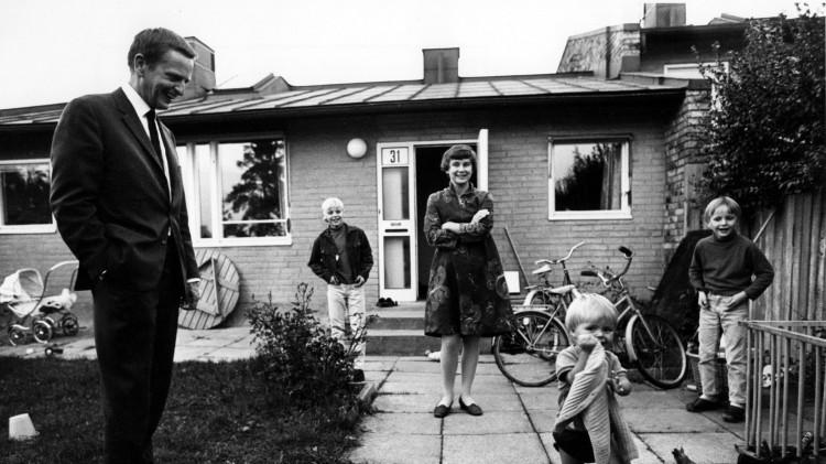 Familien Palme utenfor sitt rekkehus i Vällingby i 1969 (Foto: Jan Delden/Scanpix).