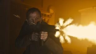 Daniel Craig fyrer løs som James Bond i Skyfall (Foto: MGM / SF Norge AS).