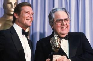 Albert Broccoli, éin av dei to hjernane bak Bond-filmane saman med Roger Moore i 1982. (Foto: AP Photo/Reed Saxon)