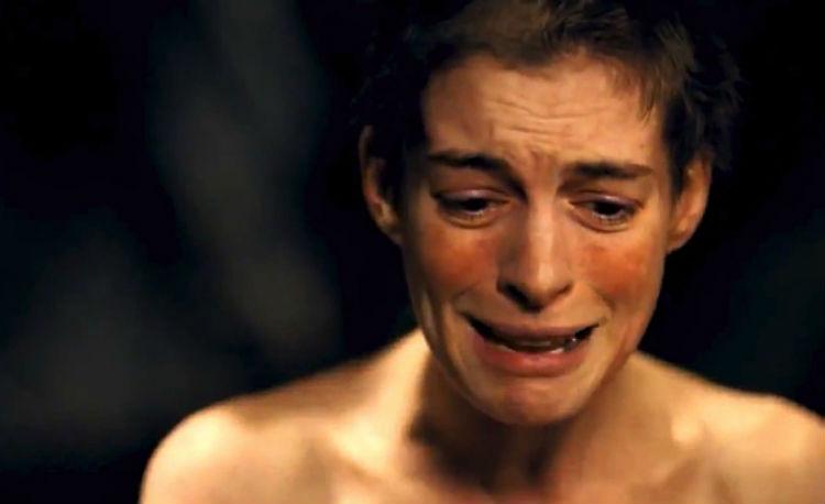 Kameraet er nært på når Fantine, spilt av Anne Hathaway, synger ut sin nød i Les Misérables. (Foto: United International Pictures).