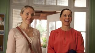 Janne Formoe og Hilde Lyrån spiller mødrene i Karsten og Petra blir bestevenner (Foto: SF Norge  & Cinenord Kidstory).
