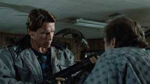 Arnold shopper våpen i The Terminator (Foto: SF Norge AS).