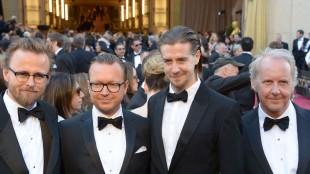 Regissørene Espen Sandberg og Joachim Rønning, skuespiller Pål Sverre Hagen og manusforfatter Petter Skavlan bak «Kon-tiki» på den røde løperen før Oscar-utdelingen i 2013.  (Foto: AFP Photo/Joe Klamar)