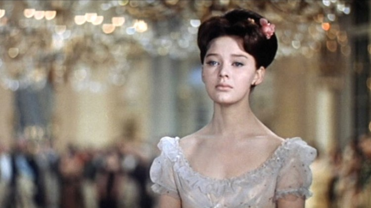 Ludmila Savelyeva spilte Natasha i den sovjetiske versjonen av Krig og fred. Filmen ble gitt ut i fire deler i 1966 og 1967, og er ansett som den beste filmatiseringen av romanen. (Foto: Mosfilm).