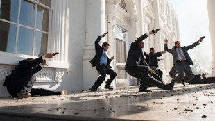 Kanskje ikke så troverdig av Secret Service-agenter stiller seg midt i kuleregnet i Olympus Has Fallen (Foto: Nordisk Film Distribusjon AS).