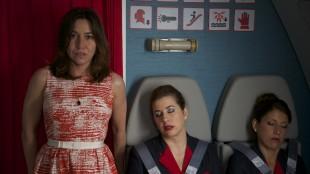 Flyets økonomiklasse er neddopet i Amorøse passasjerer (Foto: Norsk Filmdistribusjon).