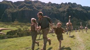 Ariana Richards, Sam Neill og Joseph Mazzello på flukt i «Jurassic Park» (1993). (Foto: United International Pictures).