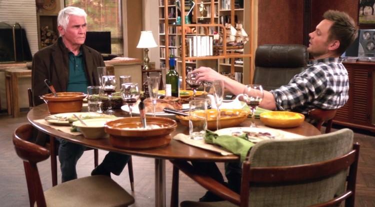James Brolin (t.v.) spiller faren til Joel McHale (t.h.) sin rollefigur i sesong 4 av Community. (Foto: NBC).