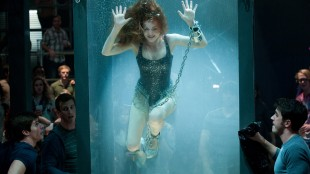 Isla Fisher utfører farlig triks i Now You See Me (Foto: Nordisk Film Distribusjon AS).