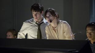 Harper (John Gallagher Jr.) og McHale (Emily Mortimer) i kontrollrommet under en «News Night»-sending. (Foto: HBO)
