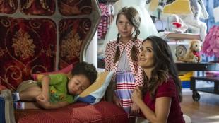 Salma Hayek med Alexys Nycole Sanchez og Kaleo Elam i Grown Ups 2 (Foto: United International Pictures).