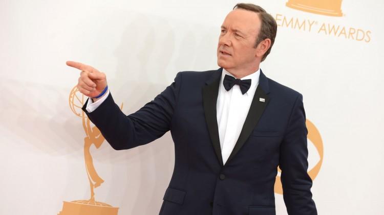 Kevin Spacey lagde show på den røde løperen da han ankom Emmy-prisutdelingen. (Foto: Jordan Strauss/Invision/AP, NTB Scanpix).