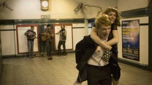 Domhnall Gleeson og Rachel McAdams i et av flere lykkelige øyeblikk i About Time (Foto: United International Pictures).