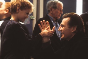 Thomas Sangster og Liam Neeson i Love Actually (Foto: United International Pictures).