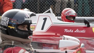 James Hunt (Chris Hemsworth) og Niki Lauda (Daniel Brühl) på startstreken i Rush (Foto: Norsk Filmdistribusjon).