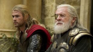 Chris Hemsworth som Thor og Anthony Hopkins som Odin i Marvel-filmen Thor: The Dark World (Foto: The Walt Disney Company Nordic).