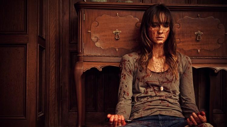 Erin (Sharni Winson) under blodige omstendigheter i You're Next (Foto: Scanbox).