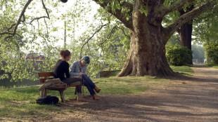 Adèle Exarchopoulos (Adele) og Léa Seydoux (Emma) har en fast parkbenk i Blå er den varmeste fargen (Foto: Arthaus).