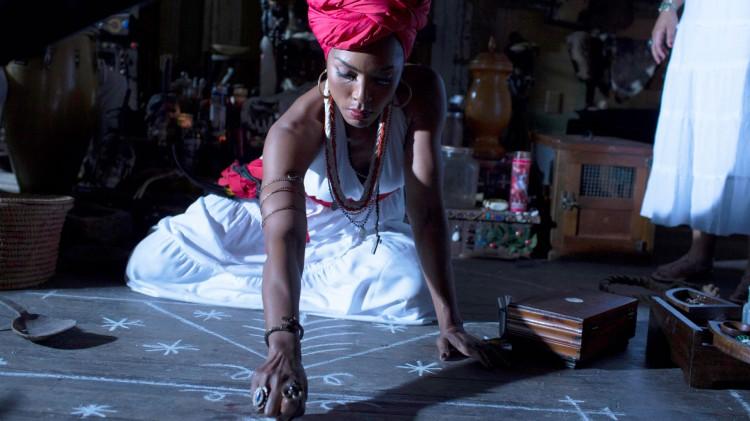 Voodoo-dronninga Marie Laveau  sender zombier på heksene i American Horror Story: Coven. (foto: FOX).