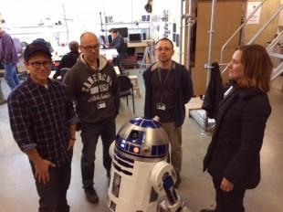 Frå venstre: J.J. Abrams, Lee Towersey, Oliver Steeples, Kathleen Kennedy. R2-D2 i front. (Foto: Bad Robot)