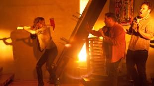 Emma Watson truer Jonah Hill og Seth Rogen med øks i This Is The End (Foto: United International Pictures).