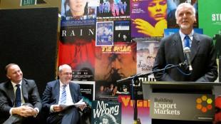 En glad James Cameron stilte opp på pressekonferanse med både statsminister John Key og finansminister Steven Joyce for å annonsere samarbeidet med den New Zealandske-regjeringen om innspillingen av de nye «Avatar»-filmene. (AP Photo/Nick Perry)