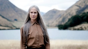 Holly Hunter som New Age-lederen GJ i «Top of the Lake». (Foto: BBC / See-saw Films)