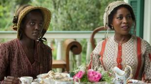 Lupita Nyong'o (t.v.) spiller hjerteskjærene godt i 12 Years a Slave (Foto: SF Norge AS).