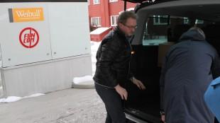 Økokrim tar med seg både papirer og datamaskiner fra Funcom sine kontoret utenfor Oslo. (Foto: NRK / Henrik Brattli Vold)