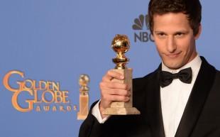 Andy Samberg med Golden Globe-prisen for beste mannlege hovudrolle i ein komiserie for «Brooklyn Nine-Nine». (Foto: AFP PHOTO / Robyn BECK)