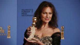 Jacqueline Bisset viser frem Golden Globe-prisen etter å ha blitt spilt ut av scenen etter en merkelig takketale. (Foto: REUTERS/Lucy Nicholson)