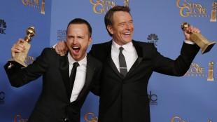 Bryan Cranston med prisen for beste mannlige hovedrolle i en dramaserie, sammen med kollega Aaron Paul som holder prisen for beste dramaserie. (Foto: REUTERS/Lucy Nicholson)