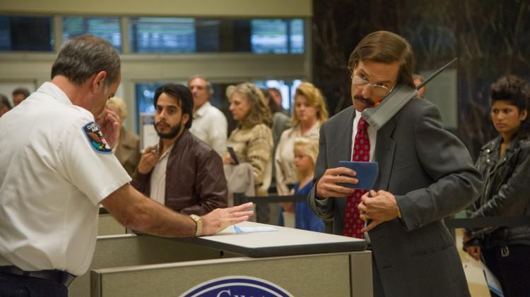 Ron (Matthew McConaughey) må gjennom passkontrollen i Dallas Buyers Club (Foto: SF Norge AS).