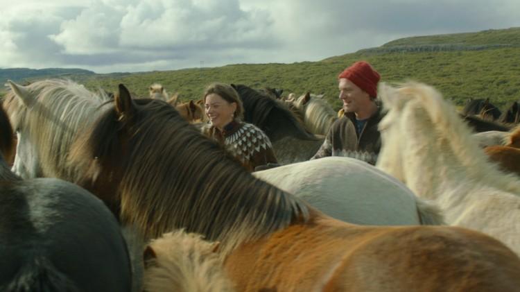 Charlotte Bøving og Ingvar Eggert Sigurðsson i Om hester og menn (Foto: Europafilm).