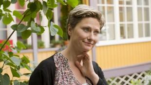 Kjersti Elvik spiller ensom lærer i Ta meg med! (Foto: Monster Scripted/ SF Norge).