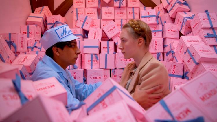 Tony Revolori og Saoirse Ronan i The Grand Budapest Hotel (Foto: 20th Century Fox).