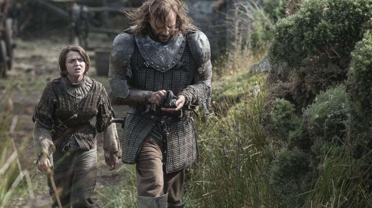 Maisie Williams og Rory McAnn som Arya og Sandor Clegane på vei til Aryas tante i the Aerie. (Foto: HBO).