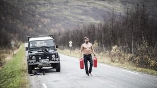 Stig Henrik i en avkledd situasjon i Glassdukkene (Foto: Arthur Arnesen/ SF Norge AS).