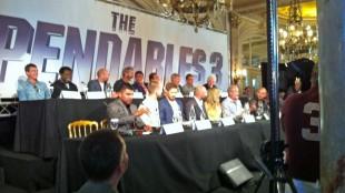 Her er hele samlingen av skuespillere fra The Expendables 3 i Cannes (Mobilfoto: Birger Vestmo/NRK).