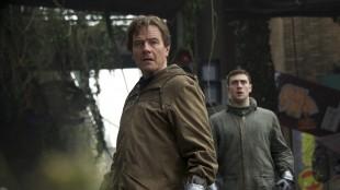 Bryan Cranston og Aaron Taylor-Johnson i rollene som Joe og Ford Brody i «Godzilla». (Foto: Warner Bros. Pictures/ SF Norge AS)