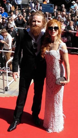 Kristofer Hivju på den røde løperen med sin kone Gry Beate Molvær i Cannes. (Foto: Privat)