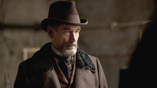 Timothy Dalton er veldig streng og morsk i Penny Dreadful. (Foto: HBO Nordic).