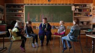Agnes Buen Garnås lærer barna å synge stev i Sing Lingeling. ((Foto: Virginie Surdej).